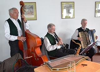 Sepp Kandlinger mit Musikanten im KWA Stift Rupertihof