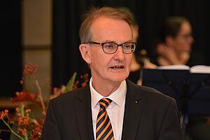 Der stv. KWA Aufsichtsratsvorsitzende Prof. Dr. Ekkehart Meroth bei seinem Grußwort zur 50-Jahr-Feier im KWA Georg-Brauchle-Haus in München