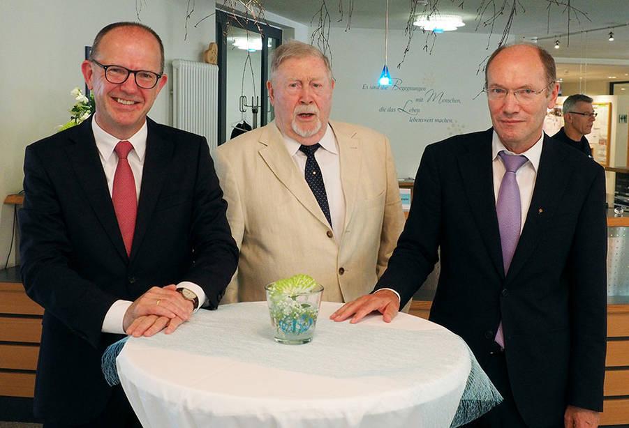 Die beiden amtierenden KWA Vorstände Dr. Stefan Arend (links) und Horst Schmieder (rechts) mit dem ehemaligen Vorstand Hermann Beckmann, der das Unternehmen 1966 mit gegründet hat.