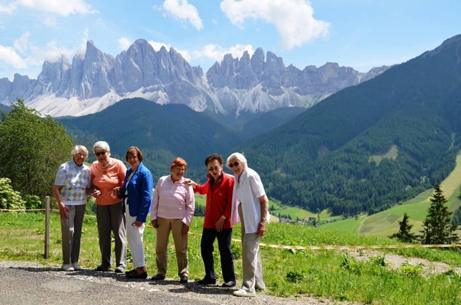 Die Geißlerspitzen in Südtirol bilden eine herrliche Kulisse für glückliche Bewohnerinnen
