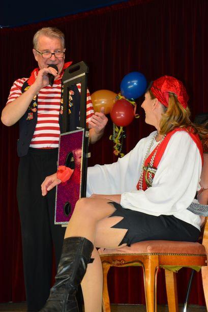 Der Zauberer versetzte Stiftsdirektorin Ileana Rupp mit einem Messertrick kurzfristig in Angst.