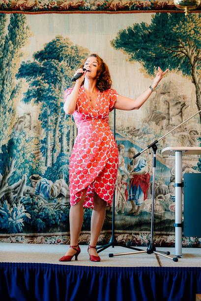 Sängerin Julia von Miller beim Hausjubiläum im Caroline Oetker Stift in Bielefeld