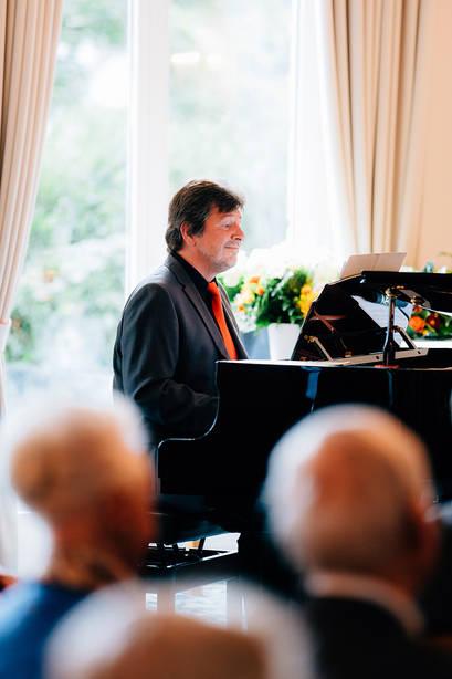 Pianist Manfred Manhart beim Hausjubiläum im Caroline Oetker Stift in Bielefeld