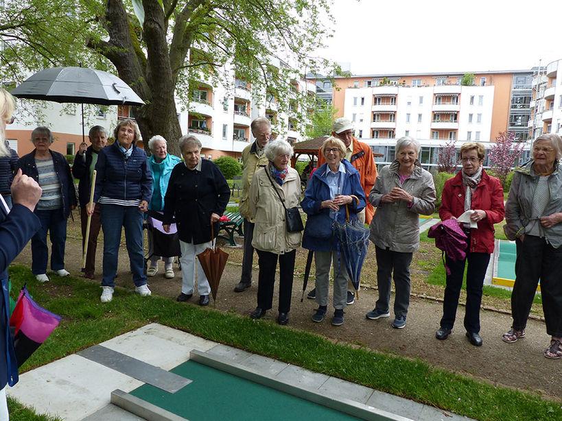 Bewohnergruppe in der Minigolfanlage des KWA Stifts im Hohenzollernpark