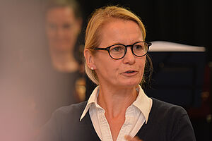 Die Münchner Stadträtin Anja Burkhardt bei ihrem Grußwort zum Jubiläum im KWA Georg-Brauchle-Haus