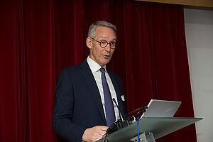 """Prof. Dr. Harald Schmitz, Vorstandsvorsitzender der Bank für Sozialwirtschaft, beim KWA Symposium 2020, das unter dem Thema """"Kassensturz"""" stand."""