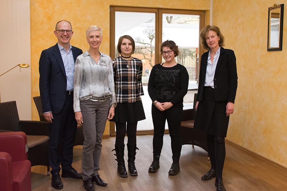 Von links: Dr. Stefan Arend (KWA Vorstand), Gisela Hüttis (KWA Stiftsdirektorin), Franziska Bischoff (Preisträgerin), Sophia Lachmann (Preisträgerin), Dr. Gabriele König (Jurorin)