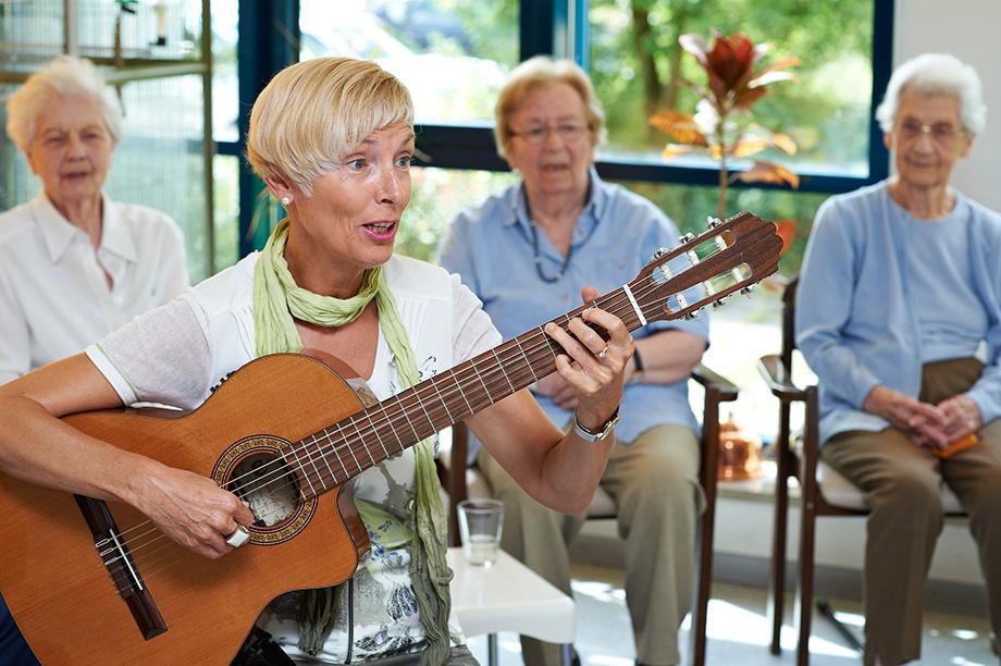Gesangsrunde im KWA Stift Brunneck mit Hausleiterin Gisela Hüttis