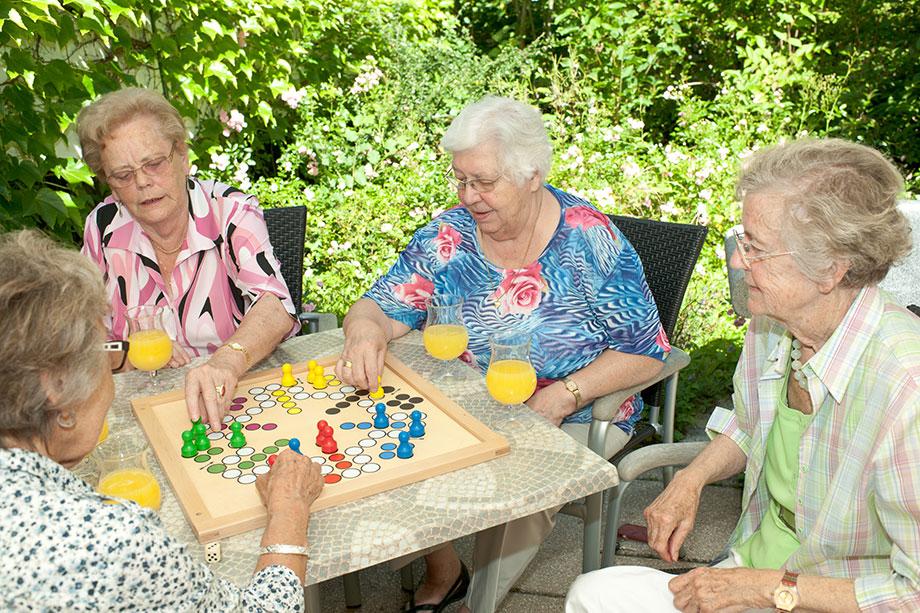 Bewohnerinnen des KWA Georg-Brauchle-Hauses beim Gesellschaftsspiel