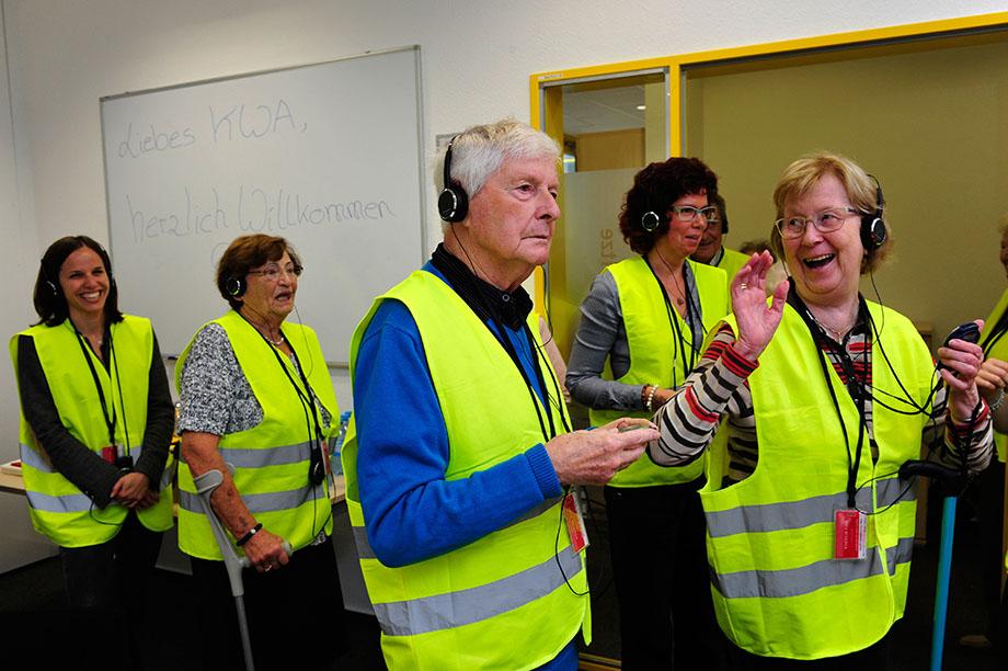 Stiftsdirektorin Verena Dietrich (links) begleitete die Stiftsbewohner des KWA Georg-Brauchle-Hauses ins Amazon-Logistik-Zentrum