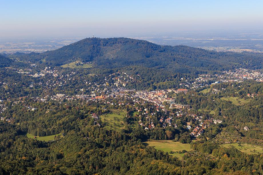 Blick auf Baden-Baden vom Berg Merkur; Foto: A. Savin (Wikimedia Commons)