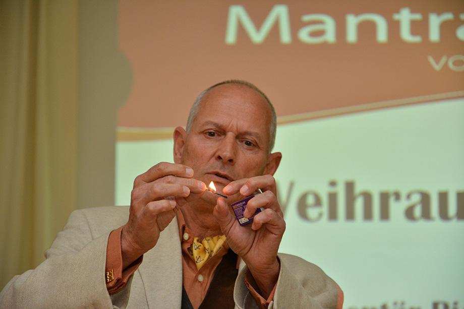 Axel Scheumann, Apotheker der Rebland-Apotheke Baden-Baden und Inhaber von Mantra Pharm, hier bei einem Vortrag im KWA Parkstift Hahnhof in Baden-Baden