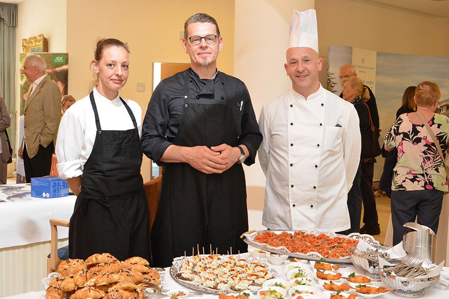Chefkoch Martin Huber (rechts) und sein Team haben zum Gesundheitstag im KWA Parkstift Hahnhof in Baden-Baden in der hauseigenen Stiftsküche ein Buffet vorbereitet.