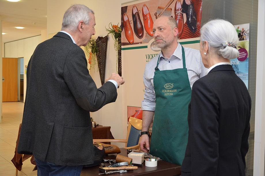 Maßschuhe und feine Reparaturen kann man von Vickermann und Stoya bekommen - auch sie präsentierten sich beim Gesundheitsmosaik im KWA Parkstift Hahnhof in Baden-Baden