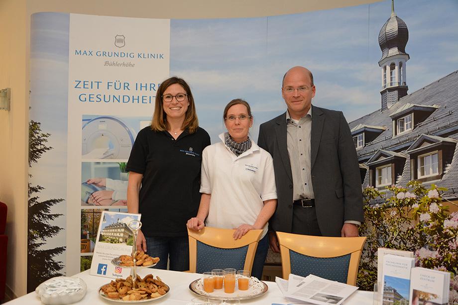 Ein Team der Max Grundig Klinik - rechts Geschäftsführer Andeas Spaetgens, der zum Gesundheitsmosaik ins KWA Parkstift Hahnhof kam und sich Vorträge anhörte