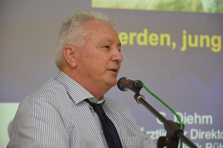 Prof. Dr. Curt Diehm, Ärztlicher Direktor der Max Grundig Klinik, hier bei einem Vortrag im KWA Parkstift Hahnhof in Baden-Baden