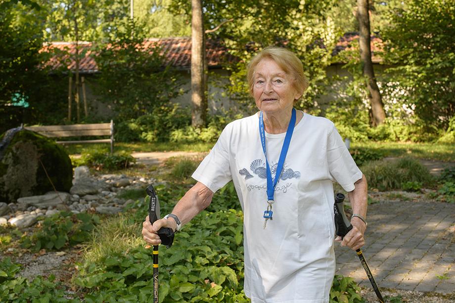 Bewohnerin des KWA Hanns-Seidel-Hauses beim Walken