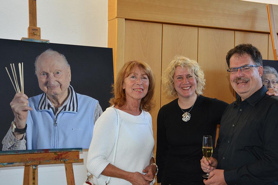 Fotograf Roland Sigwart mit seiner Frau Natalie und einer Besucherin.