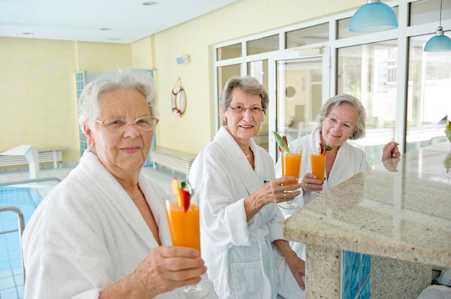 Gäste im Schwimmbad eines KWA Wohnstifts