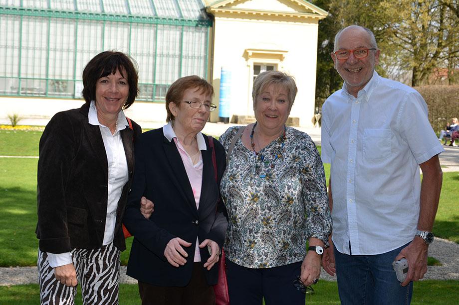 Renate Wiesent (links) mit Bewohnerin und Mitarbeiterin des KWA Luise-Kiesselbach-Hauses und Peter Sprenger von der Alzheimer Gesellschaft München