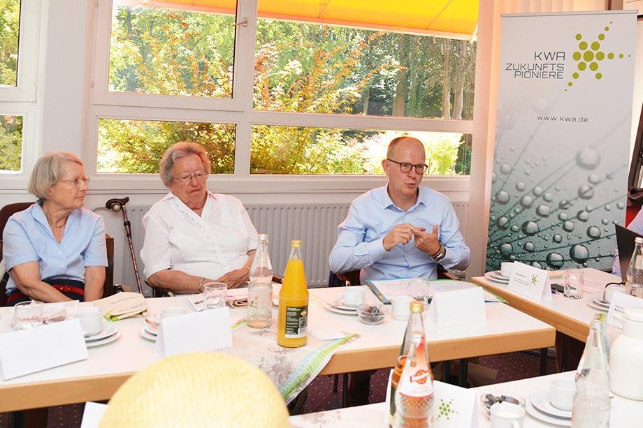 Stiftsbewohnerinnen und KWA Vorstand Dr. Stefan Arend