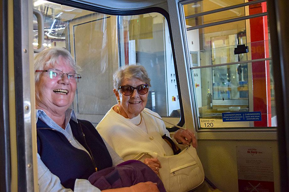 Die Fahrt mit der Wankbahn machte den Bewohnern sichtlich große Freude.