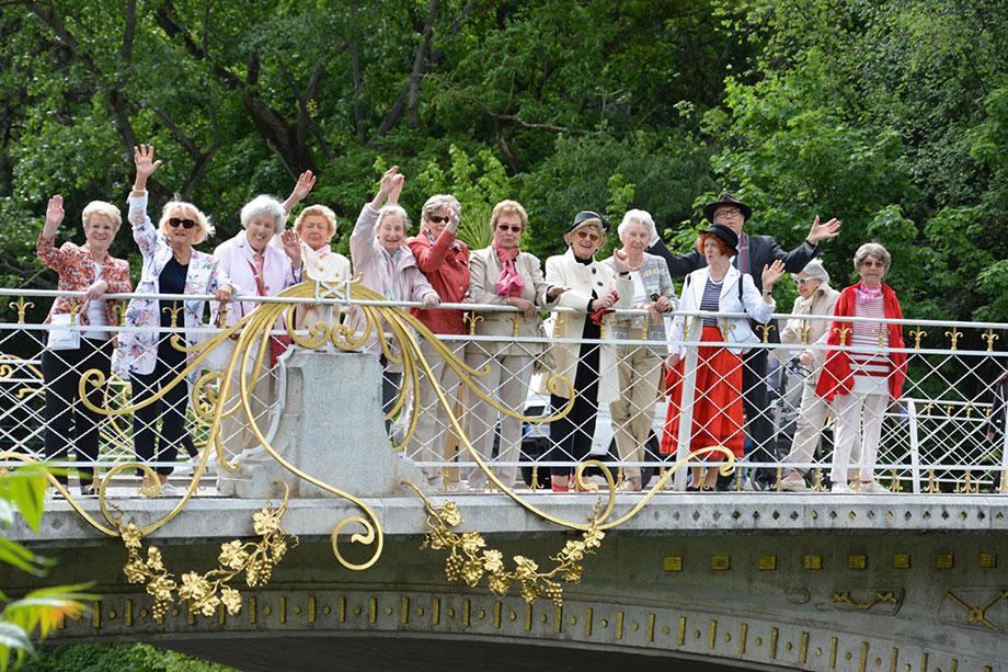 Teilnehmer einer KWA Reise auf einer Brücke in Meran