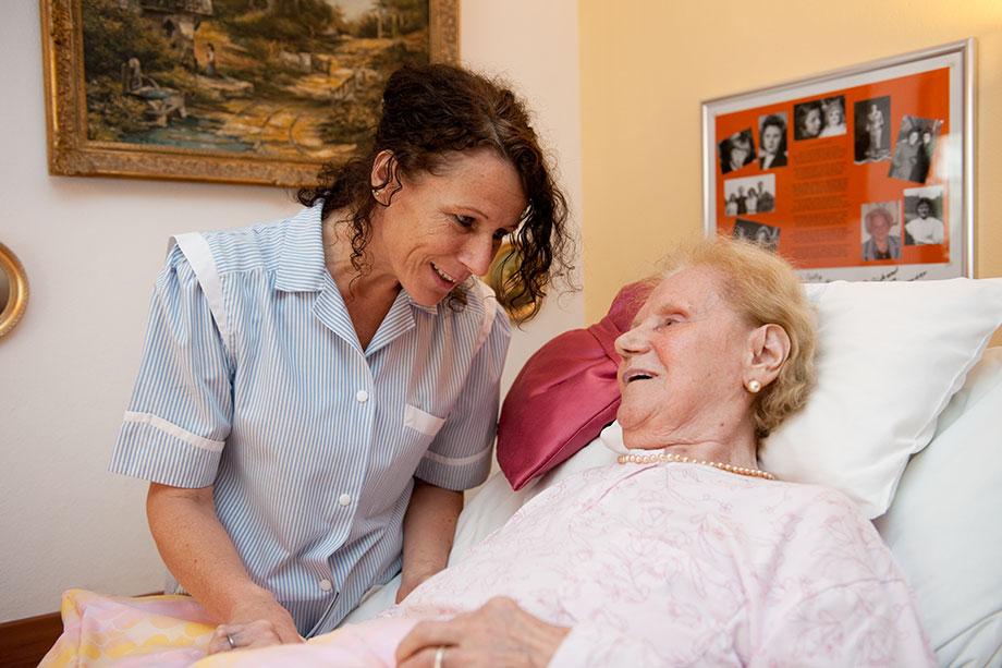 Pflegerin und Bewohnerin eines KWA Seniorenstifts