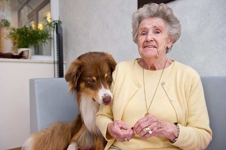 KWA Stift Rottal: Bewohnerin mit Hund