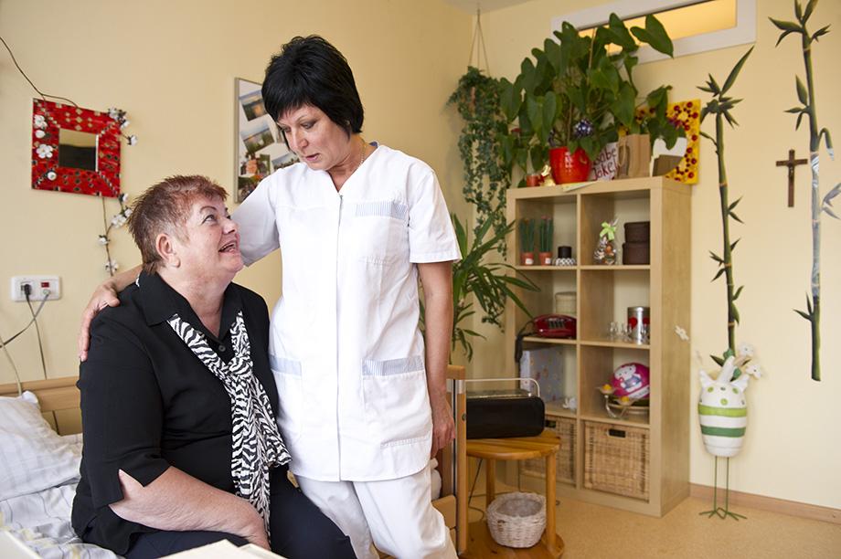 KWA Stift Rottal: Bewohnerin und Pflegerin am Bett