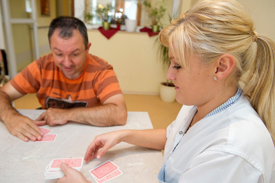 KWA Stift Rottal: Bewohner und Mitarbeiterin beim Kartenspiel
