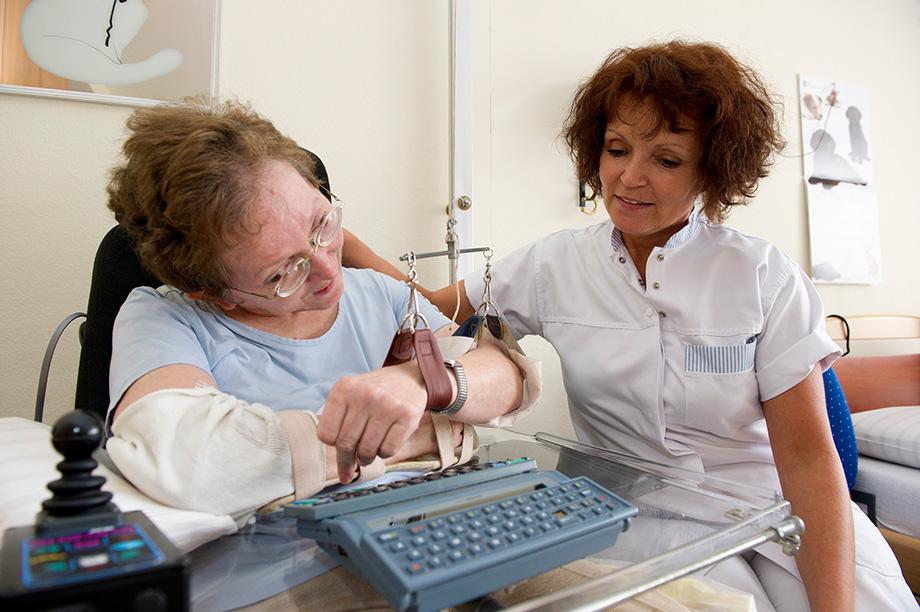 KWA Stift Rottal: Bewohnerin und Pflegerin an Spezialschreibmaschine