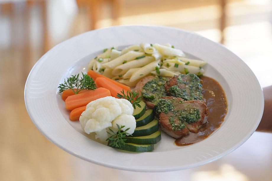 Lendchen, Gemüse und Penne: als Beispiel für den Hauptgang eines KWA Mittagsmenüs