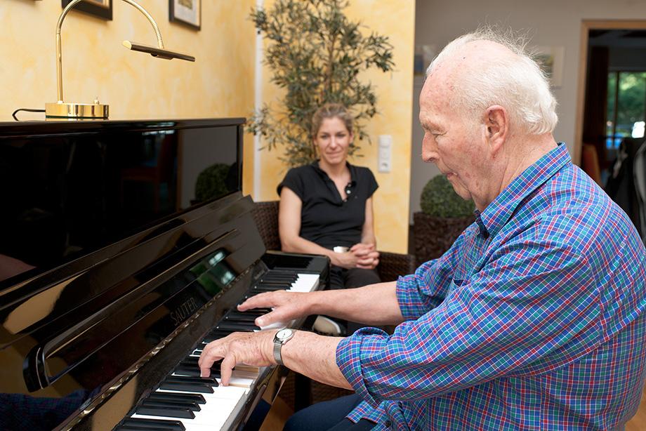 Stiftsbewohner im KWA Georg-Brauchle-Haus in München beim Klavierspiel