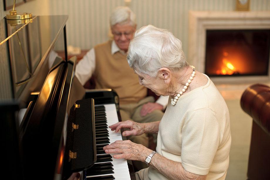 Klavierspiel im Kaminzimmer des KWA Kurstifts Bad Dürrheim