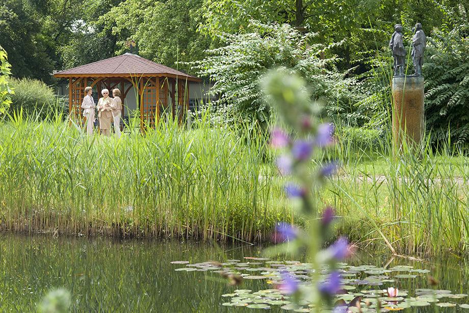 KWA Stift im Hohenzollernpark in Berlin, Teich und Laube im Stiftsgarten