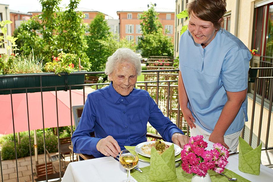 Mittagessen auf dem Balkon in einem KWA Pflegestift