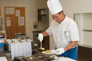 Koch bereitet Mittagessen im KWA Stift Bad Dürrheim zu