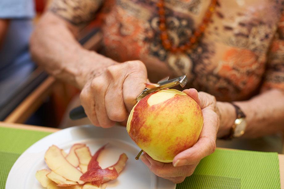 Apfel schälen im Rahmen der Tagesbetreuung im KWA Wohnstift