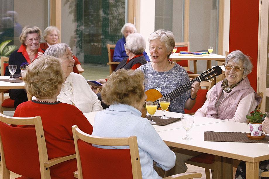 Beste Unterhaltung bei der bunten Runde im KWA Luise-Kiesselbach-Haus