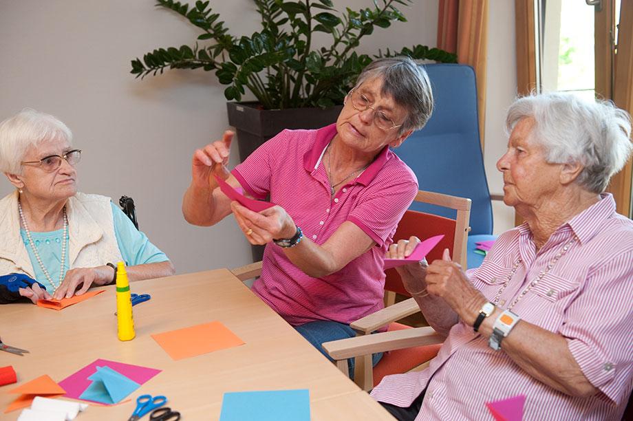 KWA Pflege bei Demenz beinhaltet kreatives Gestalten