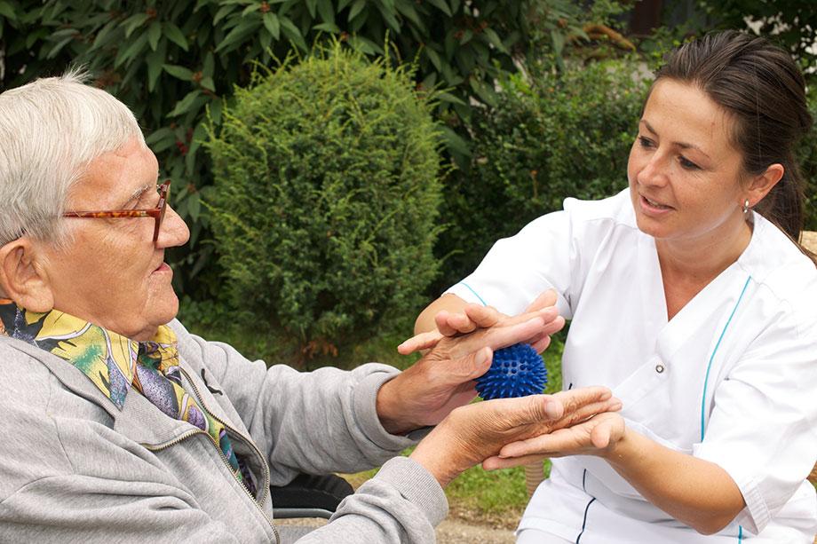 Aktivierung im Rahmen der Pflege im KWA Stift am Parksee