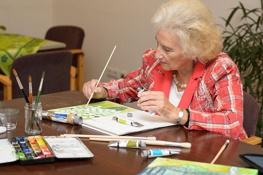 Bewohnerin im KWA Wohnstift beim Malen