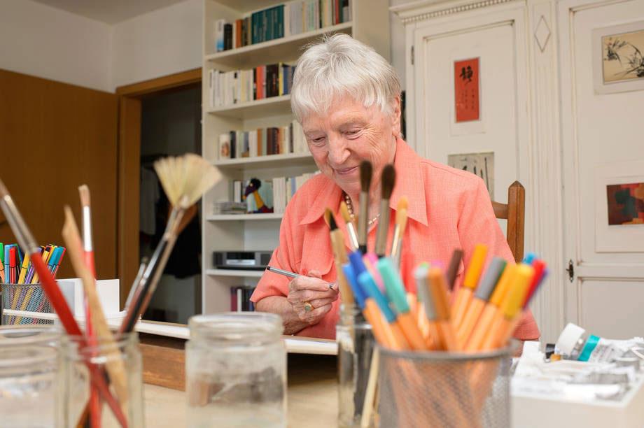 Malerin in ihrem Atelier im KWA Stift Rupertihof