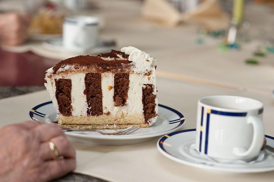 Torte und Kaffee im Café des KWA Stifts Rottal: wechselndes Angebot für Bewohner, Patienten und Gäste