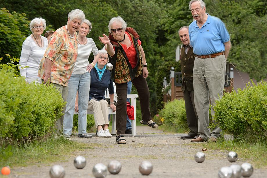Stiftsbewohner beim Boule-Spiel im KWA Stift Urbana im Stadtgarten