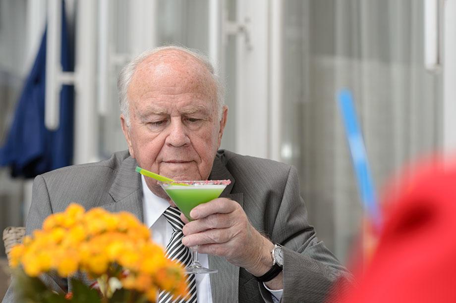 KWA Stift Urbana im Stadtgarten: Bewohner mit Cocktail