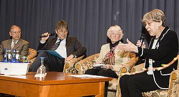 Prof. Dr. Thomas Klie im Gespräch mit zwei Bewohnerinnen des KWA Stift im Hohenzollernpark und einem Bewohner des KWA Albstift Aalen