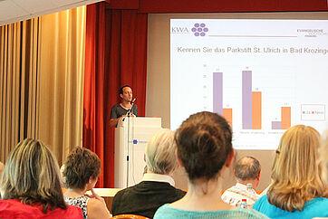 Ein Studierender der Evangelischen Hochschule Freiburg referiert über die Erkenntnisse zum ehrenamtlichen Engagement