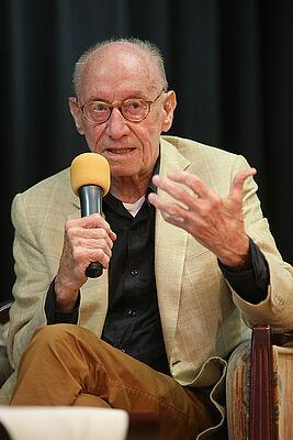 Talk-Gast Edzard Reuter fesselt sein Publikum in der Rosenau: mit Worten, Gestik und Mimik